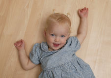 Enfant en bas âge espiègle photo stock