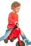 Enfant en bas âge espiègle avec le vélo Photo libre de droits