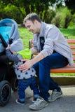 Enfant en bas âge et père dehors Photographie stock