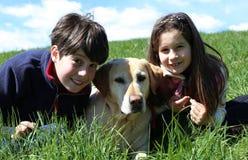 enfant en bas âge et petite fille avec le chien de labrador retriever Image libre de droits