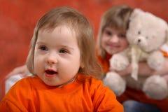Enfant en bas âge et soeur heureux Photos stock