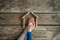 Enfant en bas âge et son père indiquant leur amour pour une maison dans a Photo libre de droits