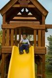 Enfant en bas âge Excited s'asseyant dans une Chambre d'arbre prête à S photo libre de droits