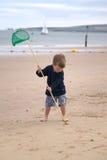 Enfant en bas âge faisant un retrait de sable. images libres de droits