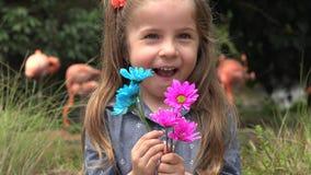 Enfant en bas âge heureux au zoo banque de vidéos