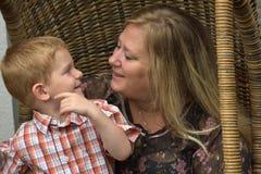 Enfant en bas âge heureux avec la bonne d'enfants de jour Image stock