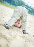 Enfant en bas âge heureux de bébé se tenant à l'envers Photo libre de droits