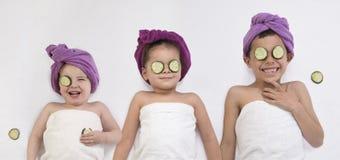 Enfant en bas âge heureux et enfants obtenant le traitement de station thermale photographie stock libre de droits