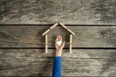 Enfant en bas âge indiquant son amour pour sa maison Photo libre de droits