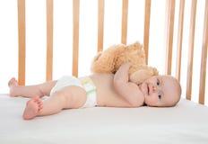 Enfant en bas âge infantile de bébé d'enfant se situant dans le lit Photos libres de droits