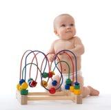 Enfant en bas âge infantile de bébé d'enfant tenant et jouant l'educationa en bois Photographie stock