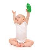 Enfant en bas âge infantile de bébé garçon d'enfant jouant tenant le cercle vert dans l'ha Image stock