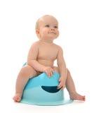 Enfant en bas âge infantile de bébé garçon d'enfant s'asseyant sur le pot de selles de toilette Photographie stock libre de droits