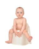 Enfant en bas âge infantile de bébé garçon d'enfant s'asseyant sur le pot de selles de toilette de pot Images stock