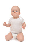 Enfant en bas âge infantile de bébé s'asseyant sur ses genoux et sourire heureux Photos libres de droits