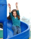 Enfant en bas âge jouant au parc Images stock