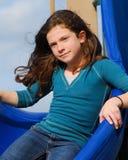 Enfant en bas âge jouant au parc Image stock