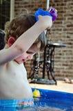 Enfant en bas âge jouant avec de l'eau photographie stock