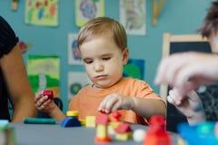 Enfant en bas âge jouant avec des blocs Image libre de droits