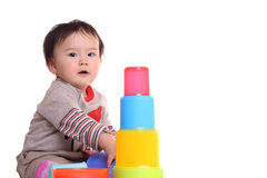 Enfant en bas âge jouant avec empiler des cuvettes Images stock