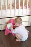 Enfant en bas âge jouant avec le pot de bébé Image libre de droits