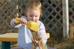 Enfant en bas âge jouant avec le sable. Photo stock