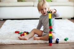 Enfant en bas âge jouant avec les blocs en bois Photo stock