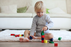 Enfant en bas âge jouant avec les blocs en bois Photo libre de droits