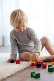 Enfant en bas âge jouant avec les blocs en bois Image stock