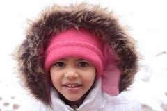 Enfant en bas âge jouant dans la neige Images libres de droits