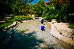 Enfant en bas âge jouant dehors en rivière Images libres de droits