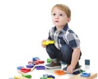 Enfant en bas âge jouant des blocs Photo stock