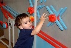 Enfant en bas âge jouant et apprenant à un musée d'enfants Images libres de droits