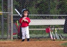 Enfant en bas âge jouant le base-ball images libres de droits