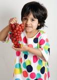 Enfant en bas âge mangeant des graphiques Images stock