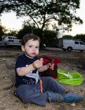 Enfant en bas âge mangeant deux hot-dogs Images libres de droits