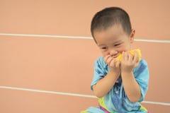 Enfant en bas âge mangeant du maïs Photo libre de droits