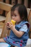 Enfant en bas âge mangeant l'épi de maïs images libres de droits