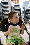 Enfant en bas âge mangeant la crême glacée Photographie stock