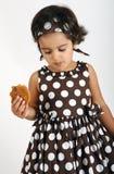 Enfant en bas âge mangeant le biscuit de puce de chocolat Photographie stock libre de droits