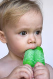 Enfant en bas âge mangeant le Popsicle Photo stock
