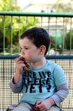 Enfant en bas âge mangeant un bretzel Photos libres de droits