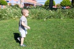 Enfant en bas âge marchant en stationnement Image libre de droits