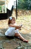 Enfant en bas âge mettant des chaussures en fonction photo libre de droits