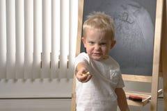Enfant en bas âge mignon de petit garçon, deux années Dessin sur le chalkbo images stock