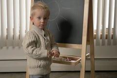 Enfant en bas âge mignon de petit garçon, deux années Dessin sur le chalkbo images libres de droits