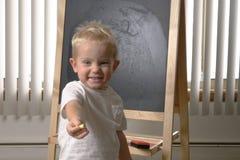 Enfant en bas âge mignon de petit garçon, deux années Dessin sur le chalkbo photo libre de droits