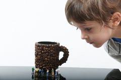 Enfant en bas âge observant les personnes miniatures photo libre de droits