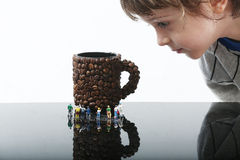 Enfant en bas âge observant les personnes miniatures photographie stock libre de droits