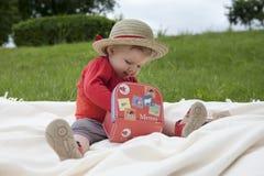 Enfant en bas âge palying dehors avec des cartes de note Image libre de droits
